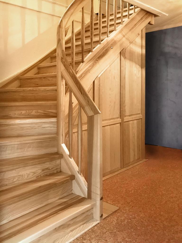 Holztreppe mit Einbauschrank